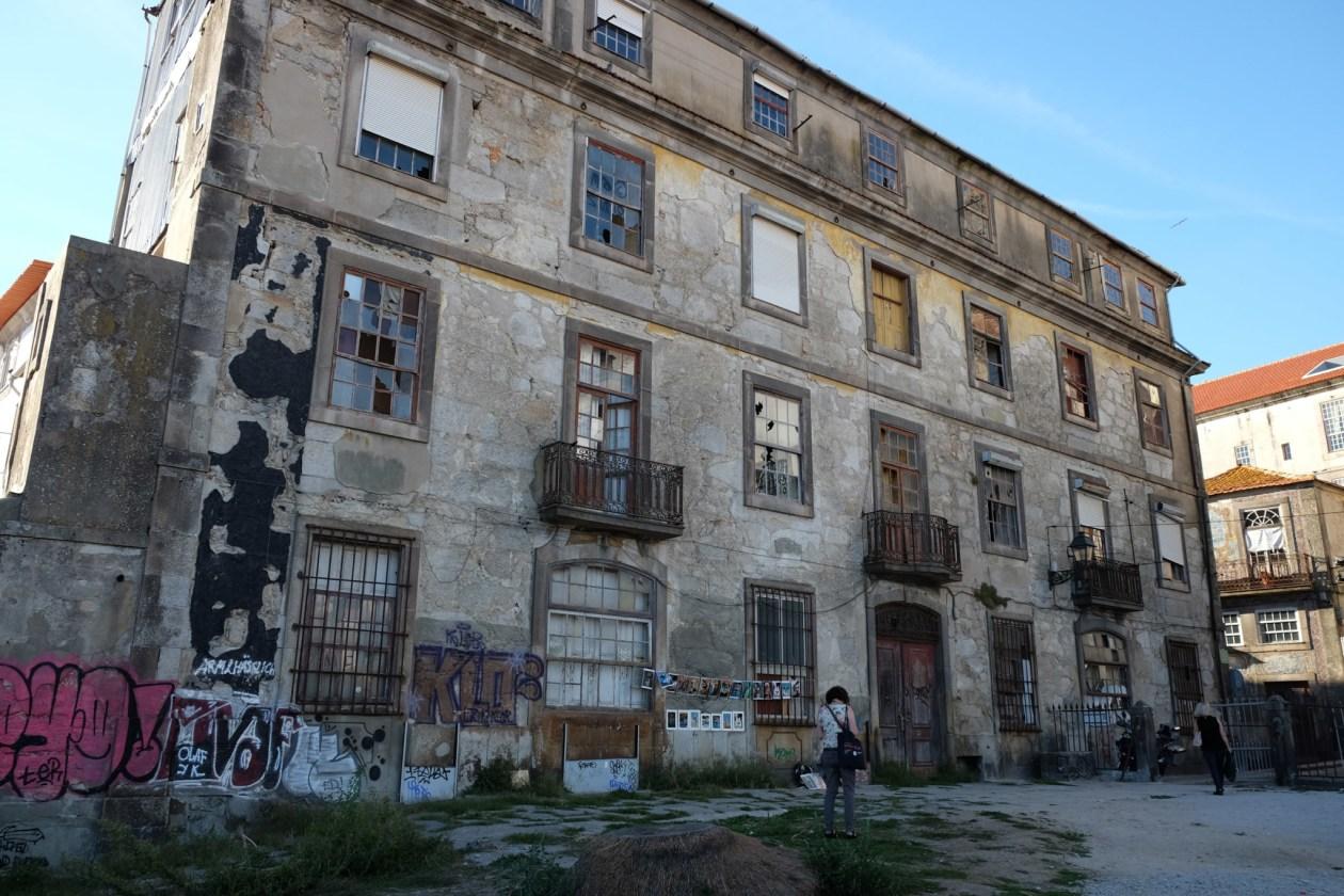 The abandoned building at the Miradouro da Vitoria
