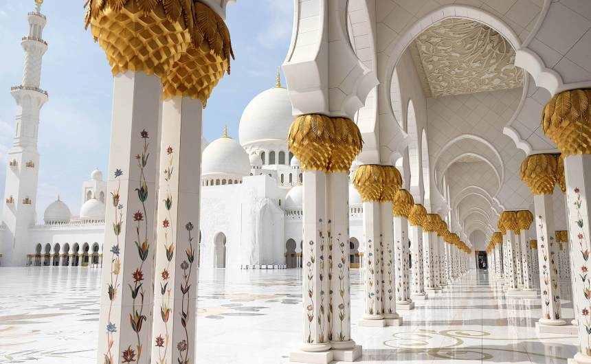 Visiting the Sheikh Zayed Grand Mosque in Abu Dhabi on a day trip from Dubai