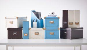 Bokser fra IKEA, finnes i flere fine farger. Super å organisere i.