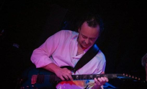 Ο εξαιρετικός ηλεκτρικός κιθαρίστας και καθηγητής Παντελής Γαργουλάκης  στη σκηνή του ESCOBA