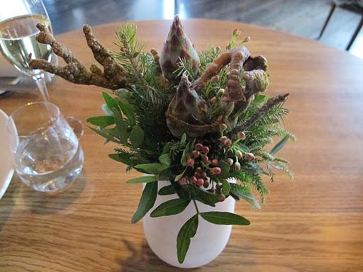 Vi trodde dette var en blomsteroppsats. Men dette var selvsagt første smårett. Spiselige grener.
