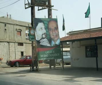 Noen politiske reklameskilt. De grønne og gule flaggene er hizbollah-flagg.