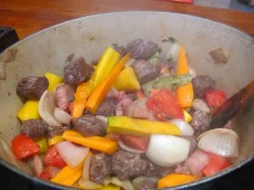 Så tilsetter du gulrot, appelsinskall og tomat samt rødvinen fra marinaden. Kok inn i et par minutter.