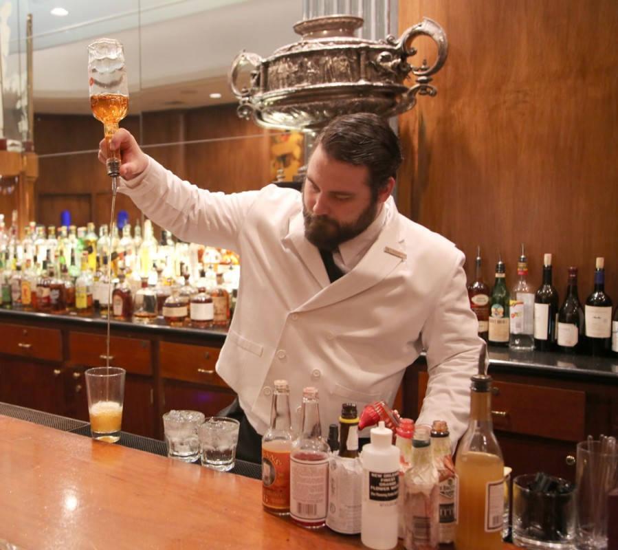 Bartenderen på The Sazerac Bar i gang med å lage en fenomenal Sazerac. Foto: Erik Valebrokk
