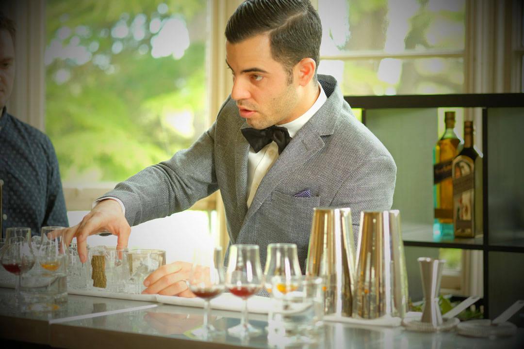 """Antonio lager en cocktail som """"snakker"""" til alle fem sansene."""