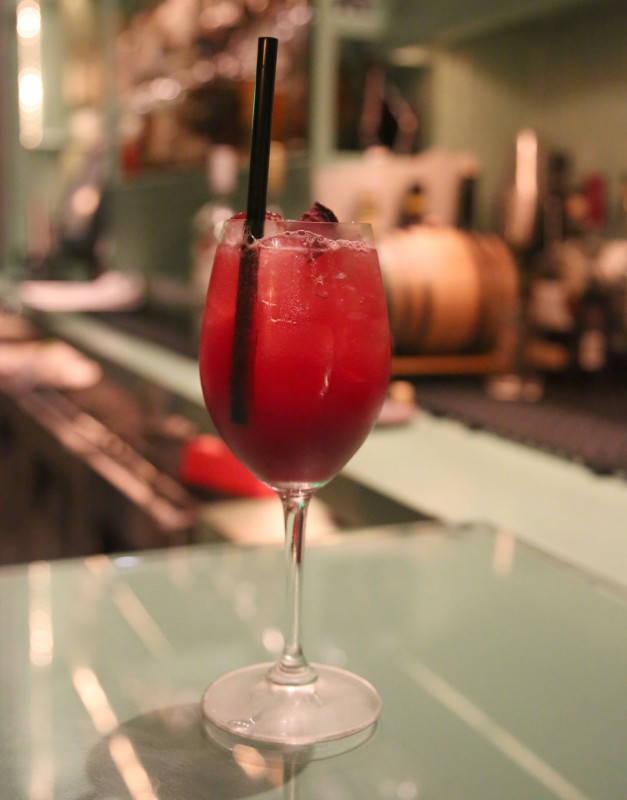Frisk akevittcocktail i baren på Alter.