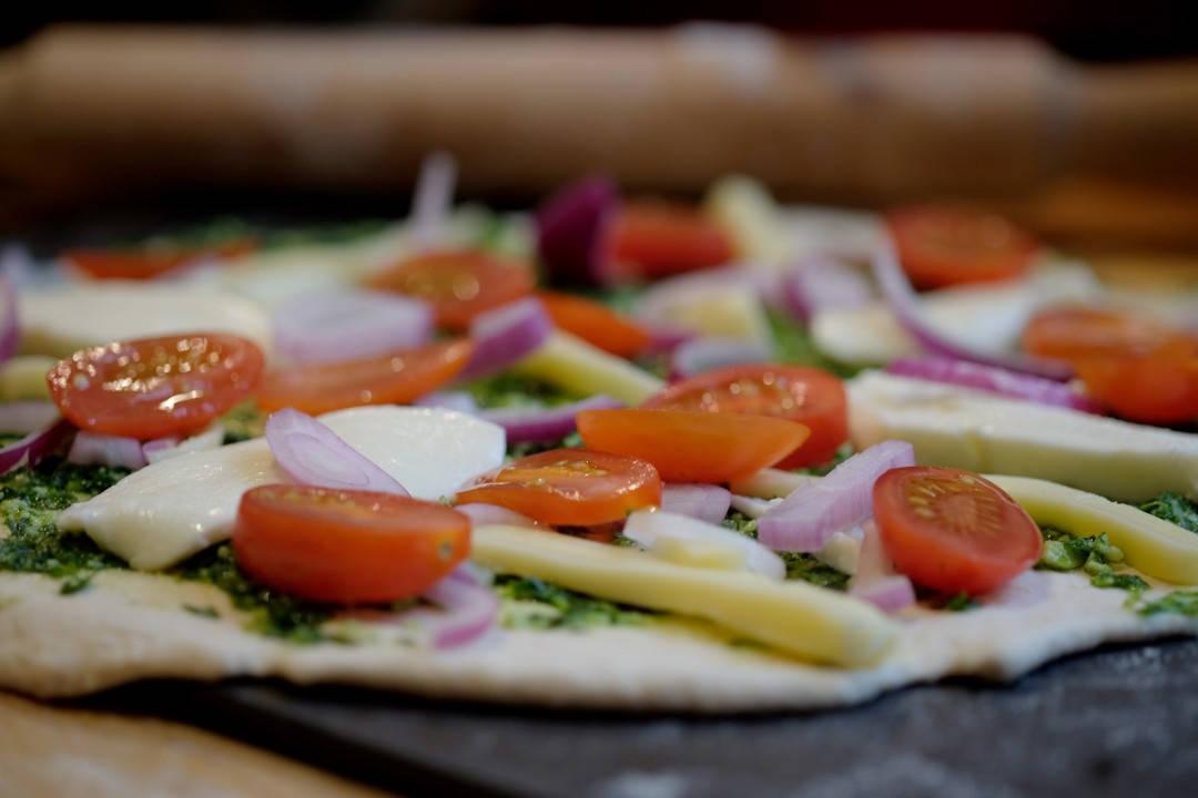 Pizza klar for ovnen.