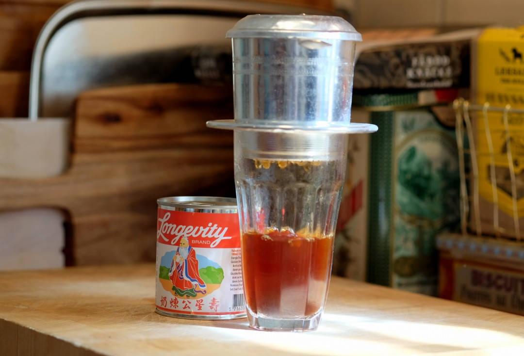 Slik brygger man kaffe på vietnamesisk vis.