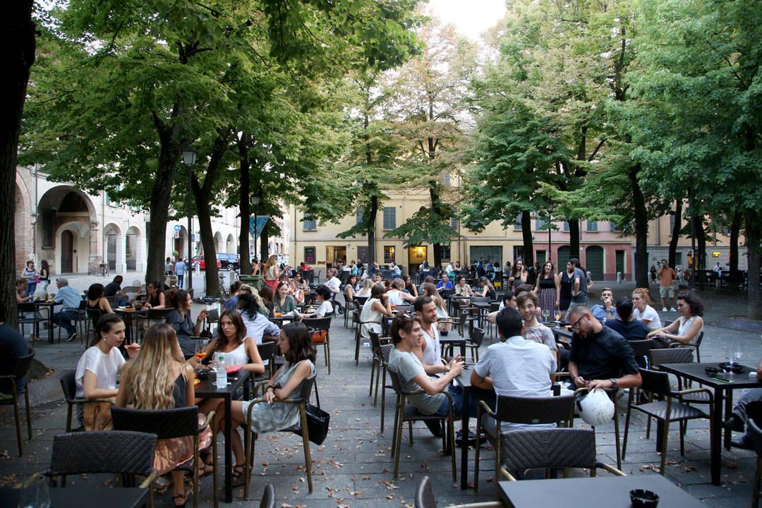 Piazza Fontanesi midt i aperitivo-timen. Her kan du sette deg på et utested og bestille en drink og så gå å forsyne deg med litt mat, helt gratis. Dette gjør italierne før de da går ut å spiser.