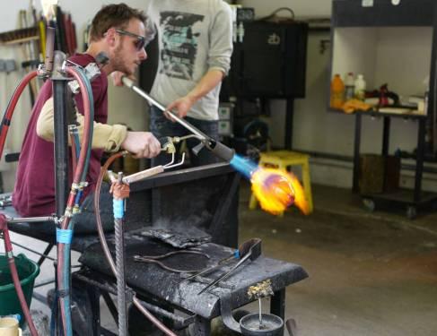 I Antoine Pierinis studio jobber også andre glasskunstnere.