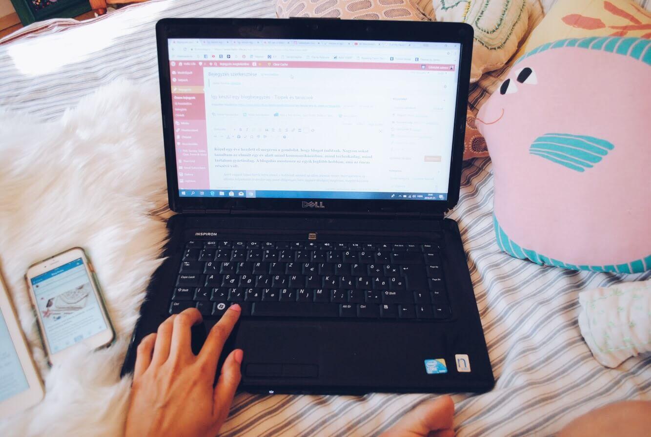 hellolife-blog-szerkesztes-blogolas-iras-flatlay