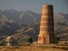 Der Burana Tower im Abendlicht in Kirgisistan