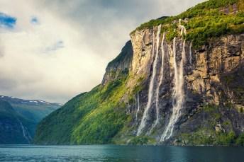 Der Seven Sisters Wasserfall im Geirangerfjord