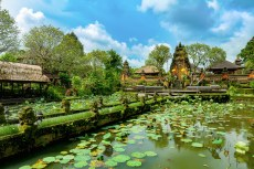 Pura Taman Saraswati Tempel in Ubud mit Teich