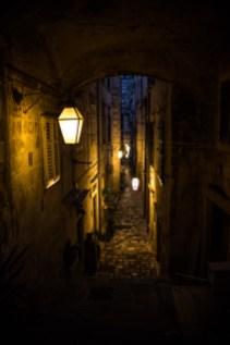 Straße in der Nacht in Dubrovnik