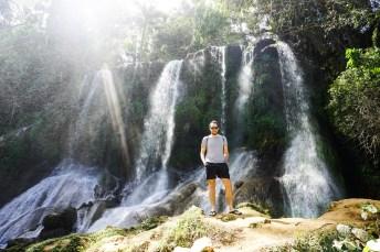 Tourist vor Wasserfällen im Parque Natural Topes de Collantes