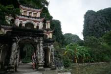 Frau vor Tor in Ninh Binh