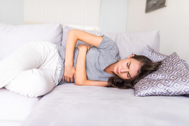 Ragazze a letto con dolori mestruali