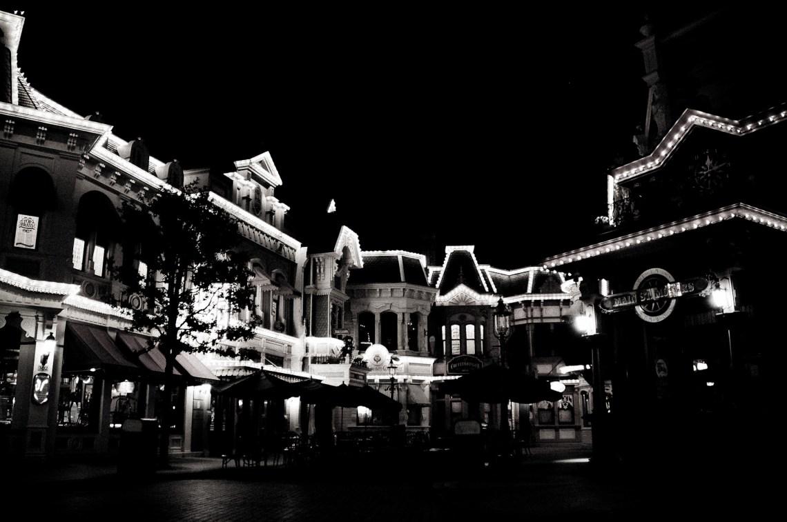 disneyland-paris-black-white-17