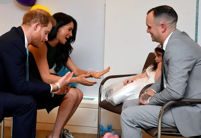 The-Duke-and-Duchess-of-Sussex-are-given-bracelets-by-Lyla-Rose-O\'Donovan-and-her-father-Paul--