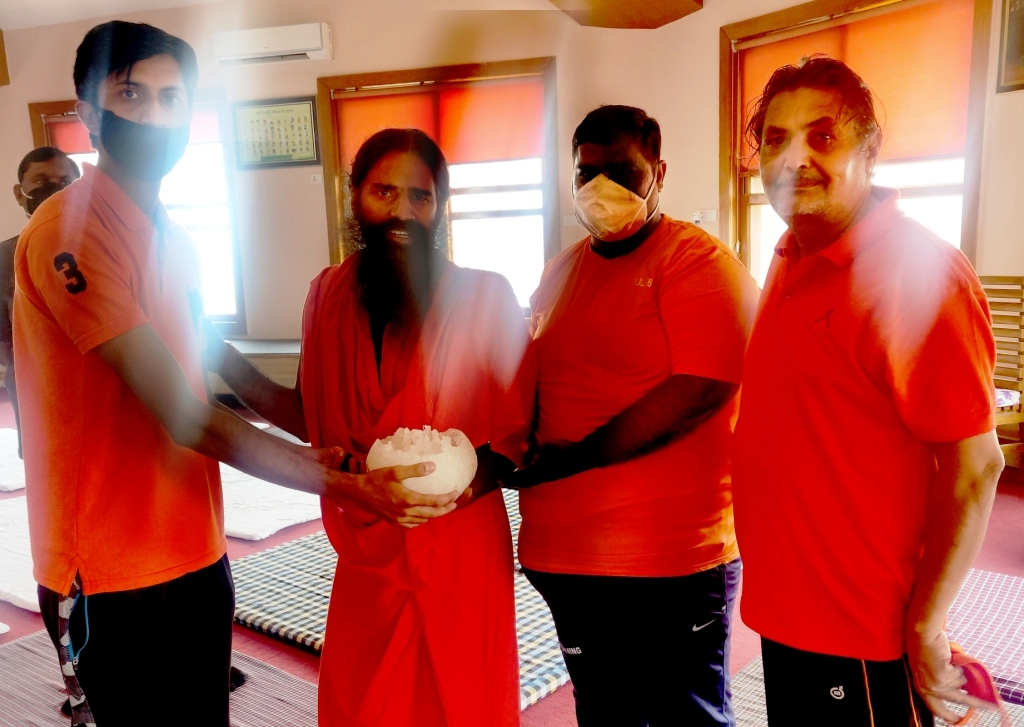Patanjali Baba Ramdev get Rajasthani turban on the palms of the hands and on the fingers of the hands