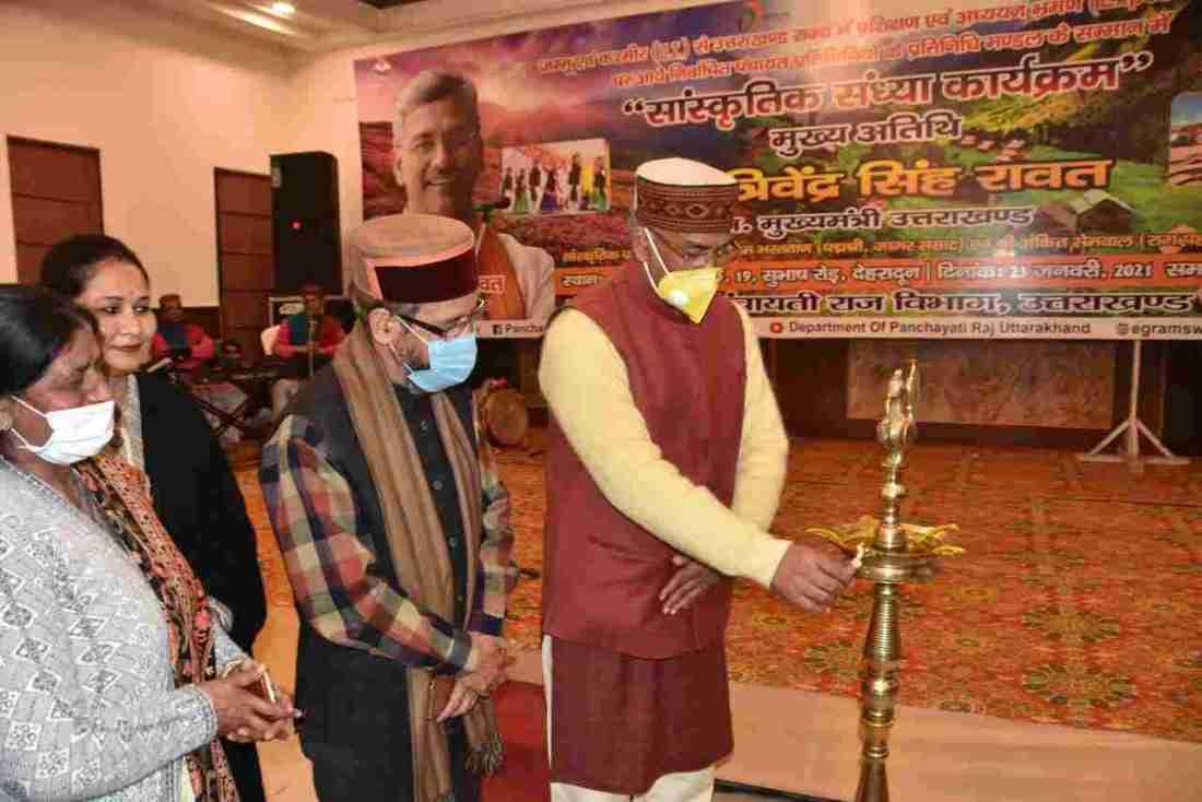 प्रशिक्षण एवं अध्ययन भ्रमण पर आये जम्मू कश्मीर के निर्वाचित पंचायत प्रतिनिधियों का मुख्यमंत्री त्रिवेन्द्र सिंह रावत ने किया स्वागत 3