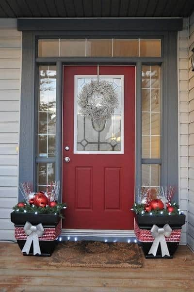 stunning-christmas-front-door-decor-ideas-18