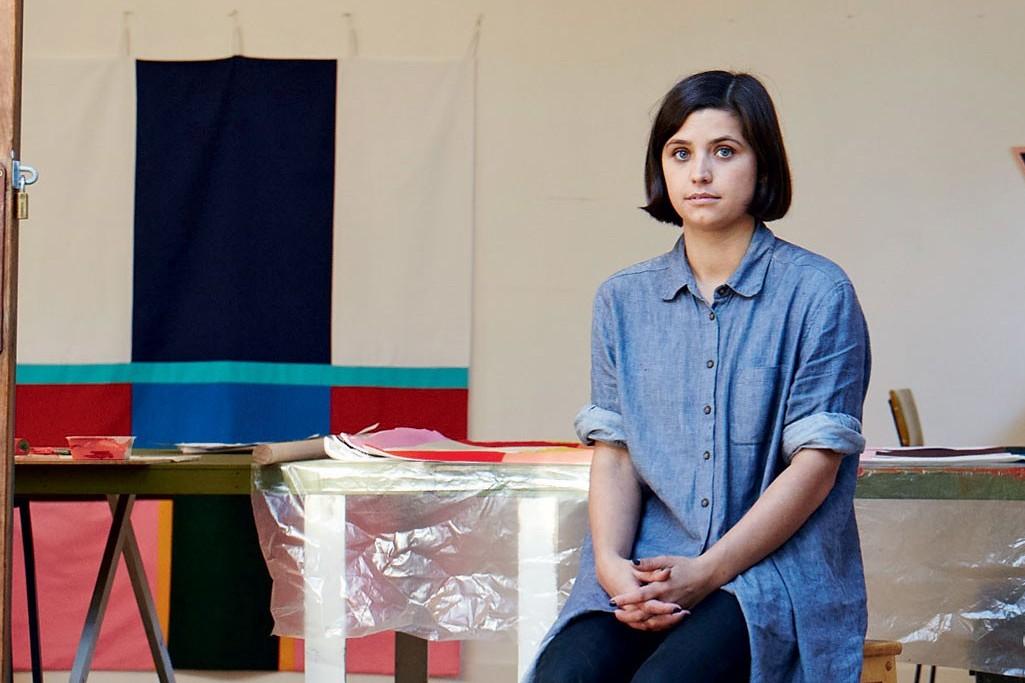 Foto met Esther Stewart in haar atelier gekoppeld aan een artikel van hemelsblauw