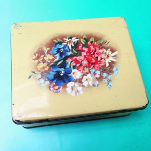 blik met bloemen uit de webwinkel van Retroloekie in een blog van hemelslauw