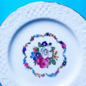 antiek bord met bloemetjes uit de winkel van Retroloekie in de blog van hemelsblauw
