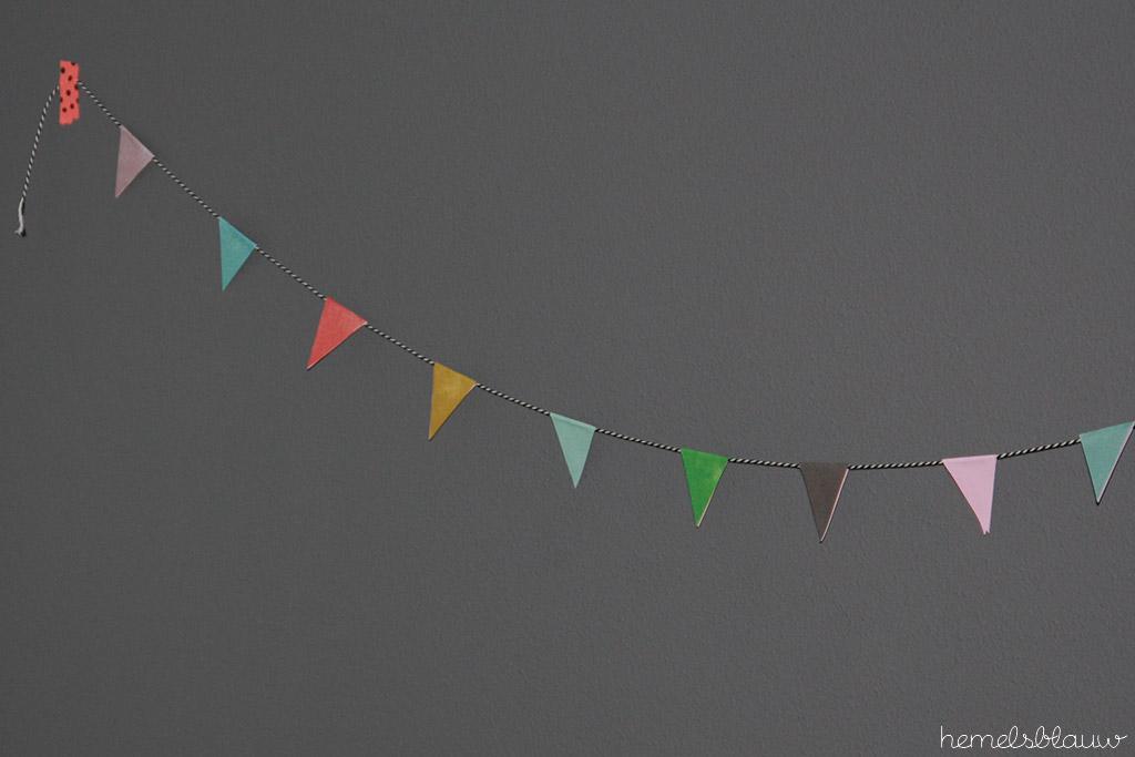 vlaggenlijn van gekleurde vlaggetjes
