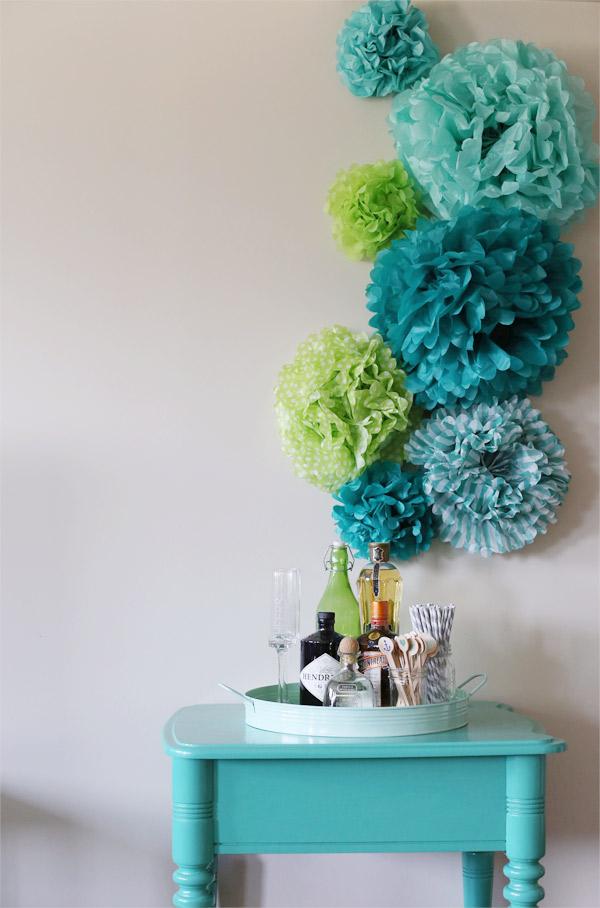 pom poms aan de muur hemelsblauw