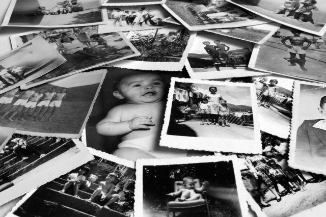 vieillse photographies en noire et blanc étalées en vrac