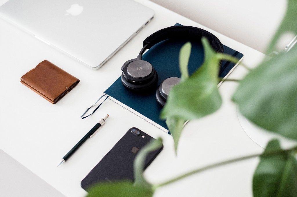 casque-audio-feuille-stylo-sur-bureau
