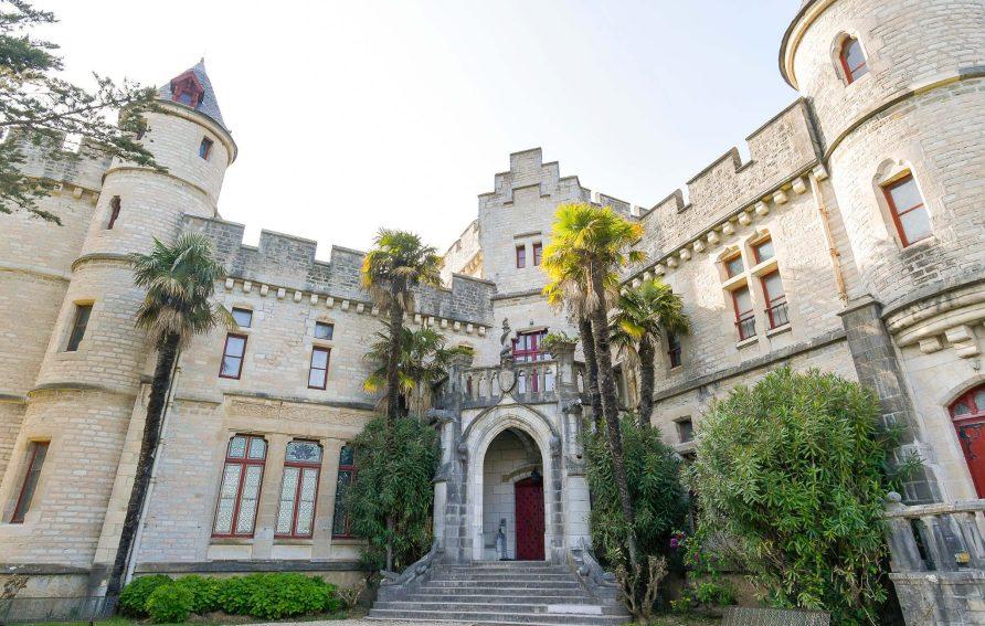 L'entrée extérieure du chateau d'Abbadia