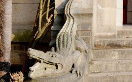Sculpture d'un crocodile (ou assimilé) au chateaud'Abbadia située à l'entrée exterieure