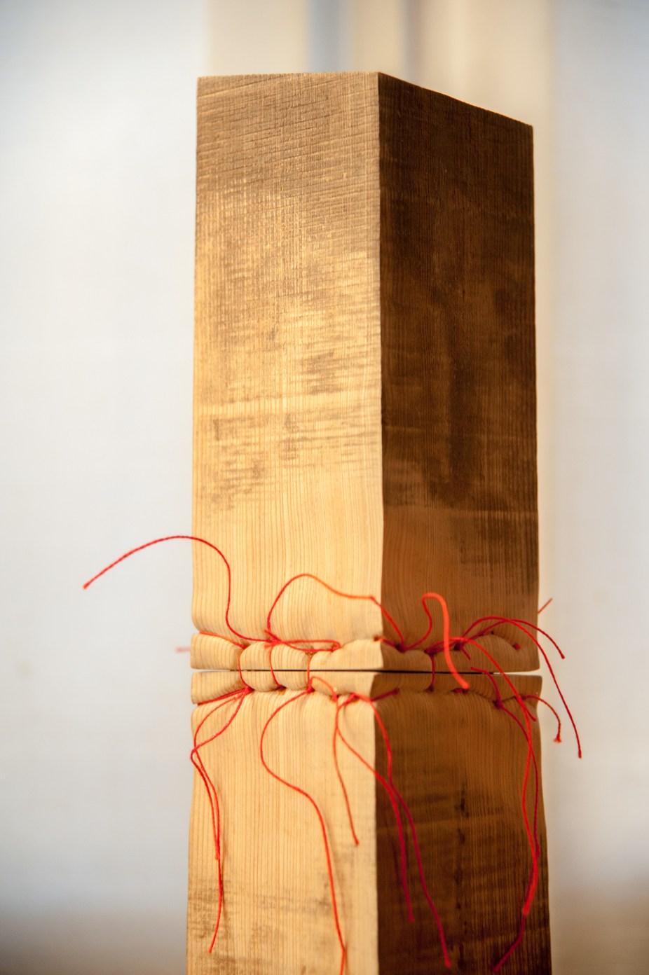 legno di larice, filo di cotone, acciaio e ottone (53 x 13 cm – diametro della base)