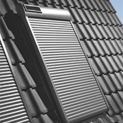 Henke Dachdecker für Rinteln - Rollläden von Velux schützen effektiv vor Hitze und sorgen dank Lärmschutz und Verdunkelung für beste Schlafbedingungen.
