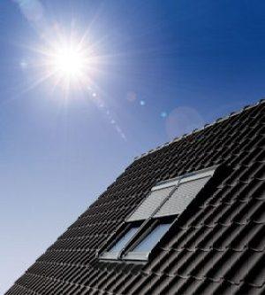 Henke Dachdecker für Minden - VELUX Deutschland GmbH: Rollläden von Velux schützen effektiv vor sommerlicher Hitze und gewährleisten zusammen mit ihrer Verdunkelungsleistung erholsamen Schlaf