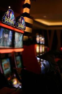 lotr slot machines1 200x300 Warner подал в суд на наследников Толкиена