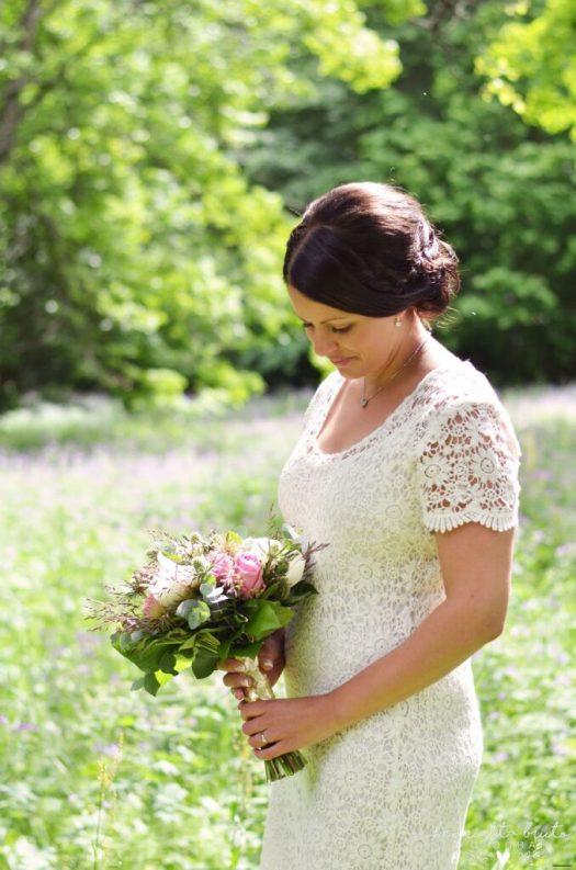 Brudbukett, Bröllopsfoto, Bröllopsfotograf, Brud, Bröllopsklänning i spets, Bröllopsfotograf Skövde