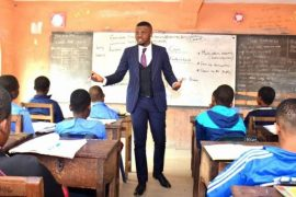 Tobe teaching class of pupils
