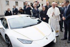 pope francis Lamborghini acutioned for charity