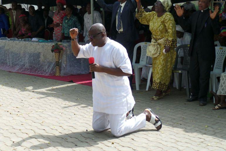 Fayose praying