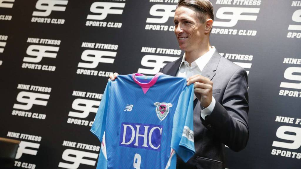 Torres holding Sagan Fc Shirt