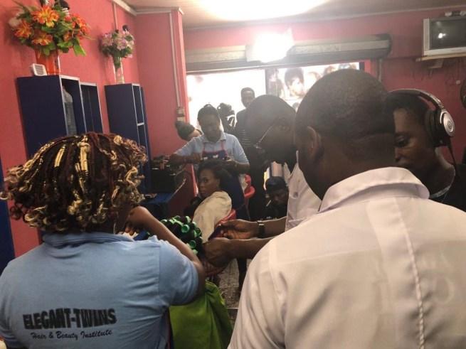 Video: Sanwoolu Channels his Hairdressing Skills, Nigerians React