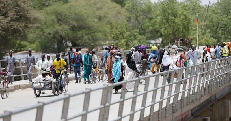 People cross a bridge linking Cameroon and Nigeria at Gamboru/Ngala in Borno, Nigeria April 27, 2017. REUTERS/Afolabi Sotunde - RC11875A3060