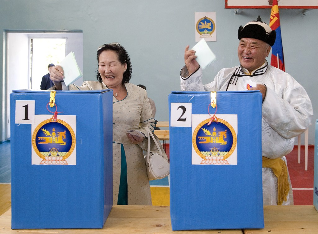 Residents cast their ballots at a polling station in Ulan Bator, Mongolia, June 29, 2008. On horseback, foot and motorcycle, Mongolians cast their ballots on Sunday in a tight race that will see the election of a government tasked with fighting inflation and tapping into huge mineral wealth.    REUTERS/Zeev Rozen (MONGOLIA)