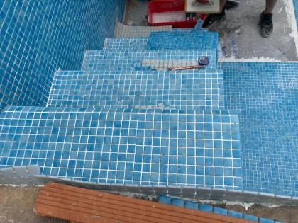piscina_construccion_herederos_basilio_retortillo_montehermoso_extremadura_alicatado_gresite_escaleras