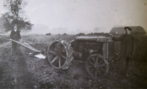 AOS P 2052 workers in the field of Otway Farm, Pinchbeck. Dated 1919